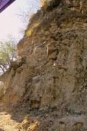 Batuan kapur di kiri jalan